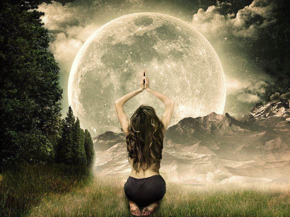 Femme prie lune